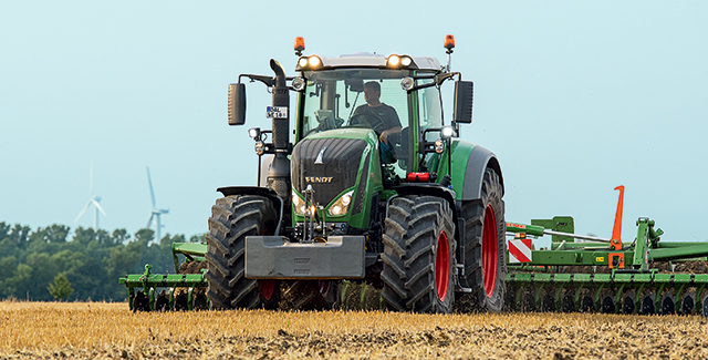 New and used Fendt 800 Vario tractors for sale at Hanlon Ag Centre in Lethbridge, Alberta, Canada. Compare Fendt 822, Fendt 824, Fendt 826, Fendt 828 models. Find out how these high-performance, high-horsepower tractors can improve you farming operation.