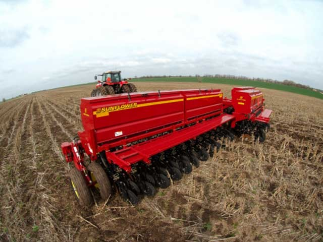 Sunflower 9531 fertilizer grain drills for sale at Hanlon Ag Centre in Lethbridge, Alberta, Canada. View high-capacity seed and feed combination hoppers available in 30' or 40' working widths. Heads up opener assemblies and staggered grain box for optimal seeding tool performance.