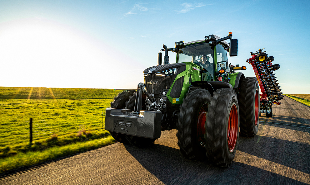 The new Fendt 900 Gen 6 tractor is a high horsepower tractor which features many of the selling features of the 1000 series, yet with a smaller frame design. Available models: Fendt 930, Fendt 933, Fendt 936, Fendt 939 and Fendt 942 ranging from 296 to 415 hp